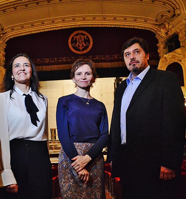 La directora ejecutiva de TVN, Carmen Gloria López, la alcaldesa de Santiago, Carolina Tohá, y el tenor chileno Gonzalo Tomckowiack. Foto: Mara Daruich